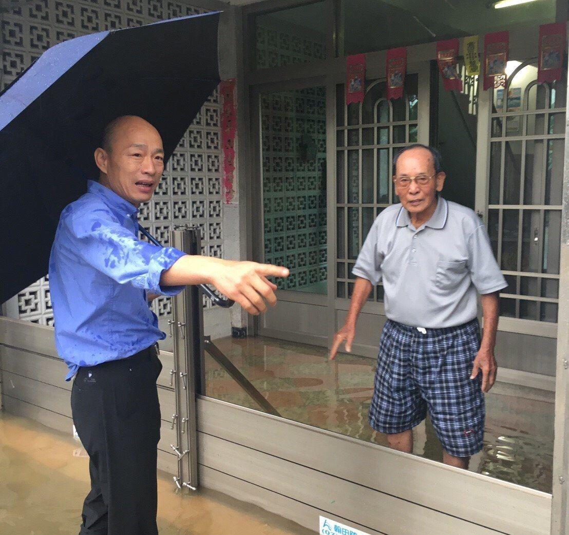 準高雄市長韓國瑜(左)選戰期間到旗山關心當地遇雨常淹的問題。 圖/韓國瑜競選...