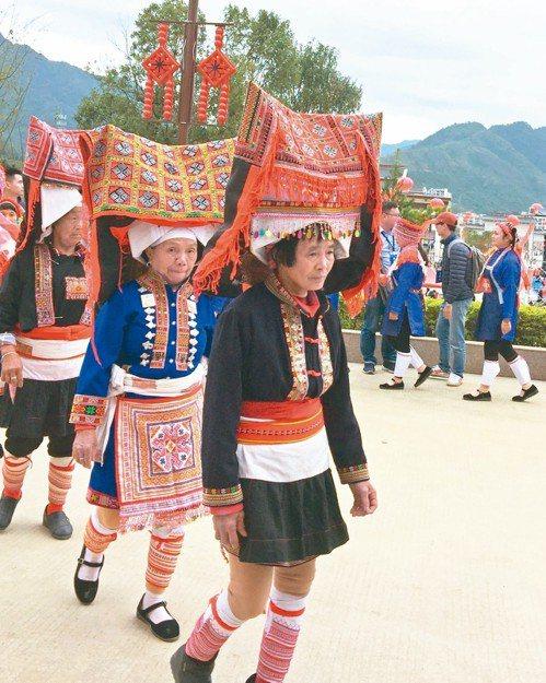 瑤族婦女盛裝參加盤王節。