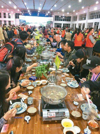 瑤族長桌宴,熱鬧非凡。