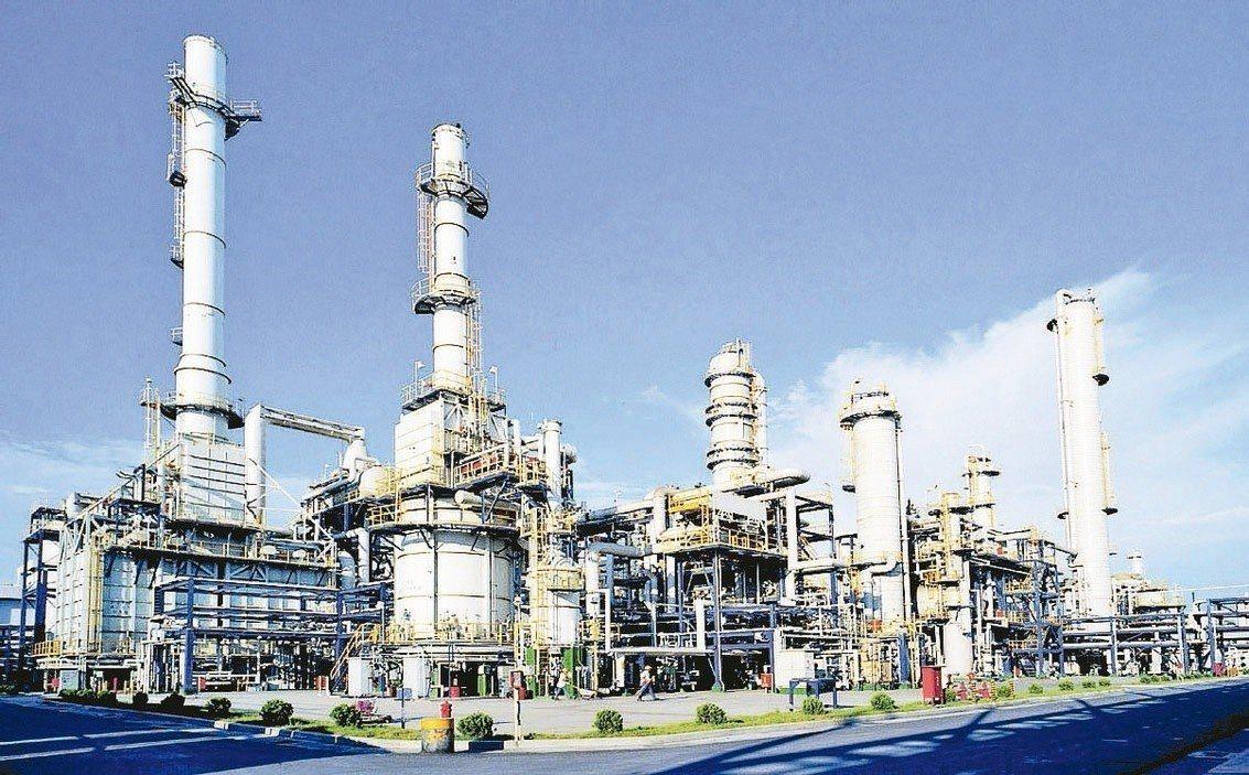 受國際油價快速崩跌影響,台塑、南亞、台化、台塑化11月營收皆從10月的高檔明顯下...