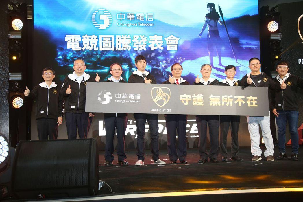 中華電信總經理謝繼茂(右五)率領公司多位一級主管於WirForce開幕正式發表電...