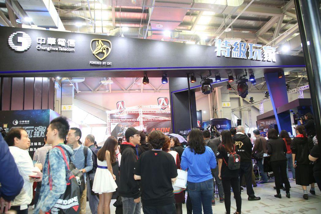 許多玩家於WirForce開幕第一天即湧入中華電信攤位體驗  毛洪霖/攝影