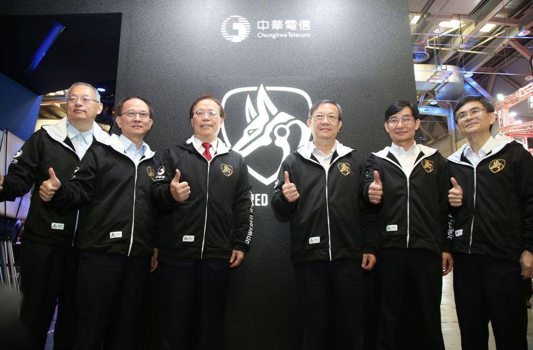 中華電信總經理謝繼茂(左三)與公司多位主管於攤位電競圖騰前合影 毛洪霖/攝影