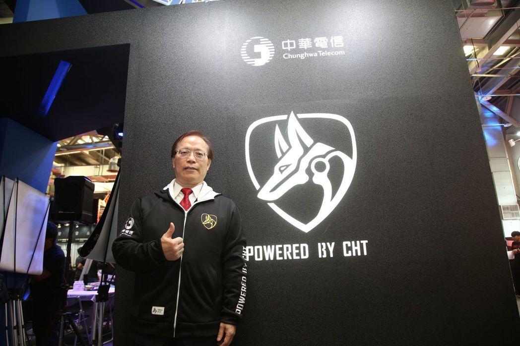 中華電信總經理謝繼茂於攤位揭幕電競圖騰  毛洪霖/攝影