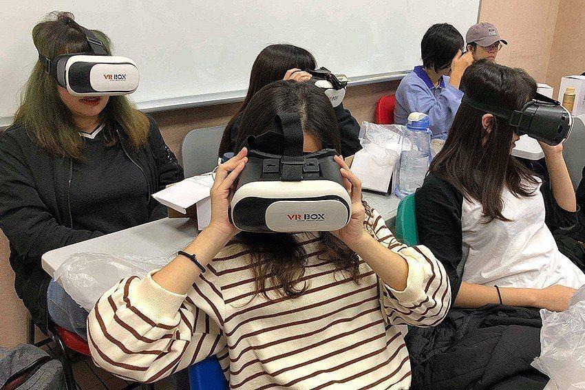 虛擬實境VR的使用深獲修課學生青睞。 元智大學/提供