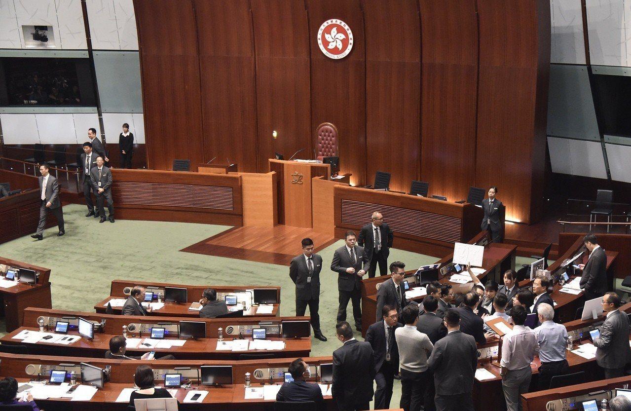 林鄭答問大會議員鬧場遭驅離,「短問短答」首次流產。 香港中國通訊社