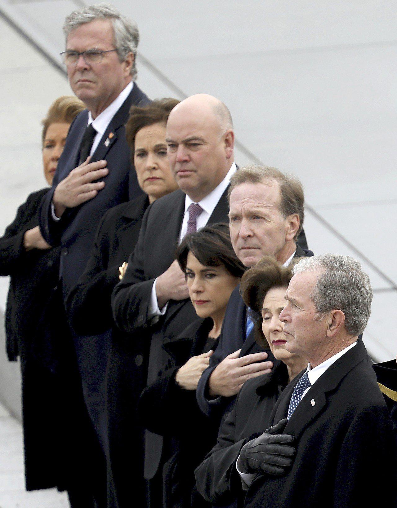小布希總統身為老布希的長子,長期活在能幹父親的「陰影」下,兩人之間緊張關係難免,...