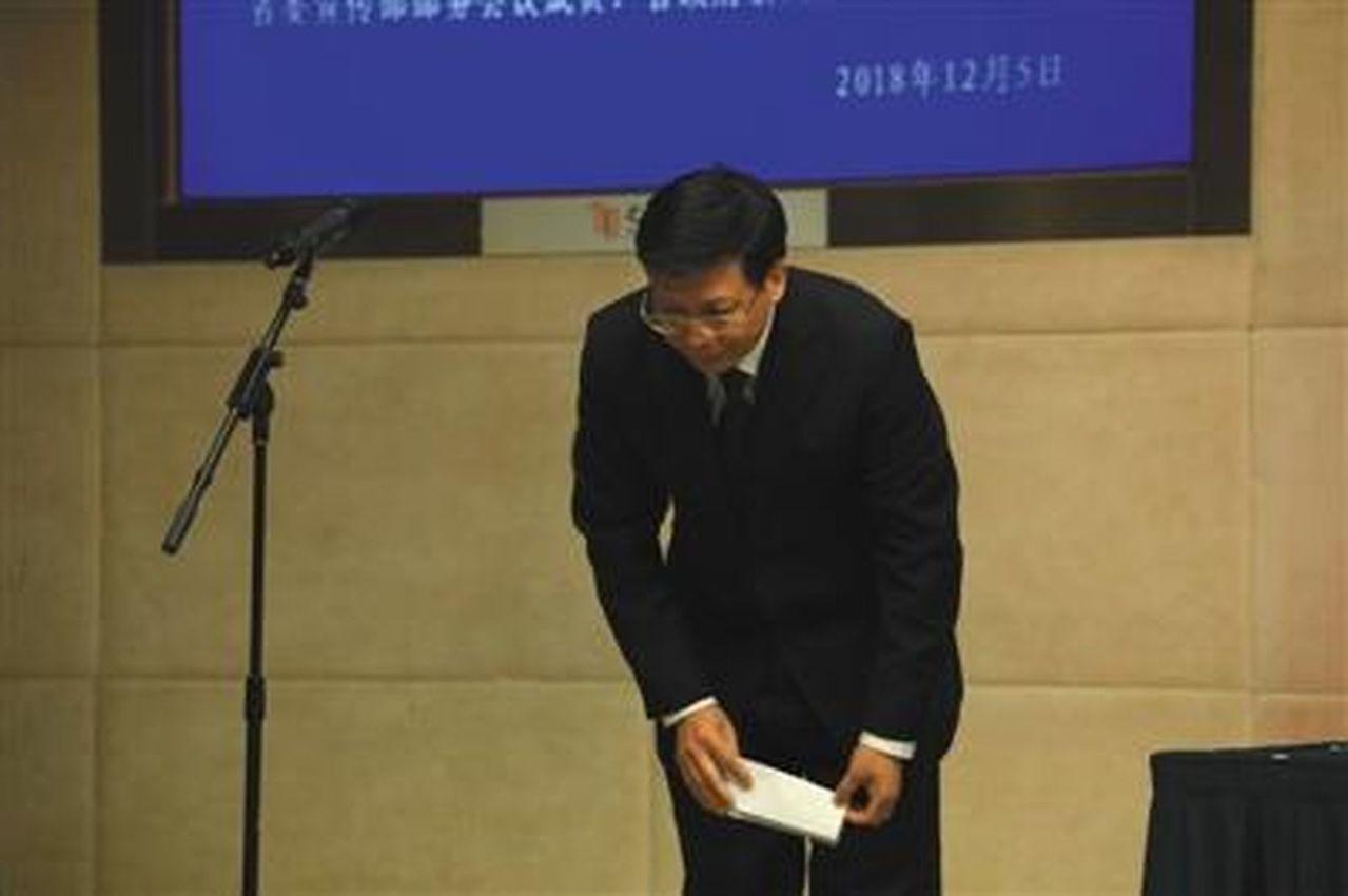 新上任的浙江省教育廳黨委書記陳根芳就事件向考生及家長致歉。(視覺中國)