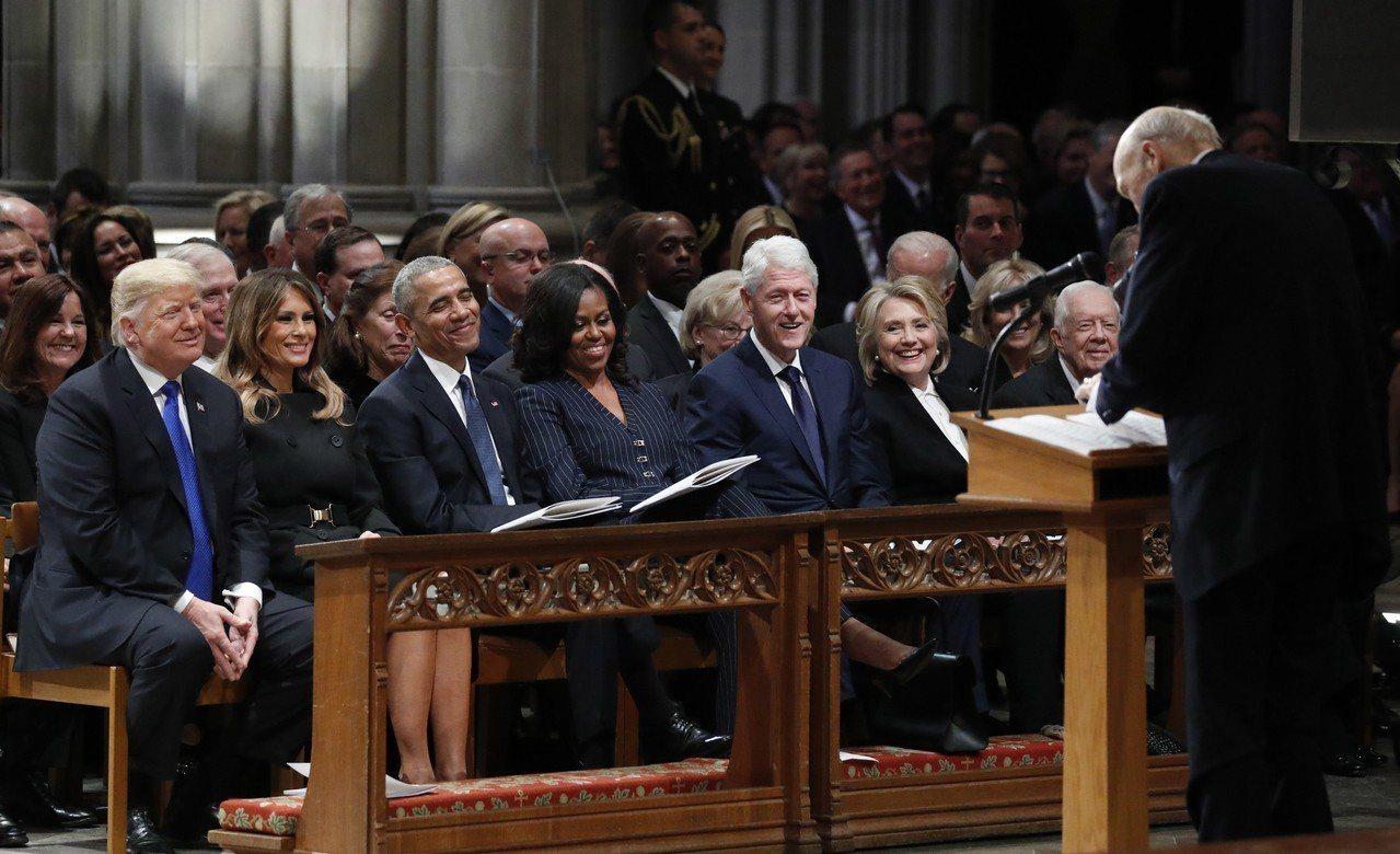 老布希總統5日國葬儀式難得讓四對現任及前任總統夫婦齊聚一堂,並坐在同一排,未料川...
