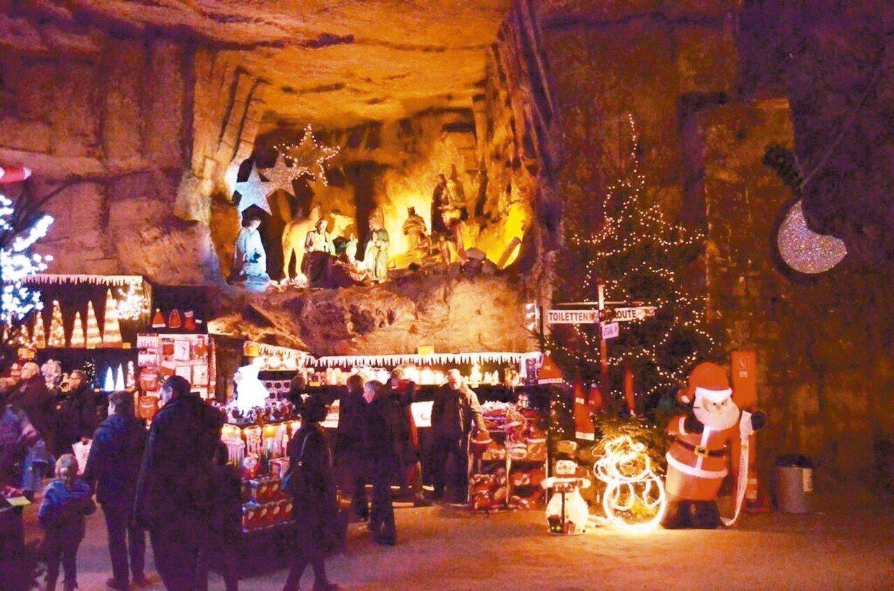 造訪荷蘭法肯堡的絲絨洞穴耶誕市集,可參觀洞穴內的壁畫跟雕像,以及令人驚豔的18世...