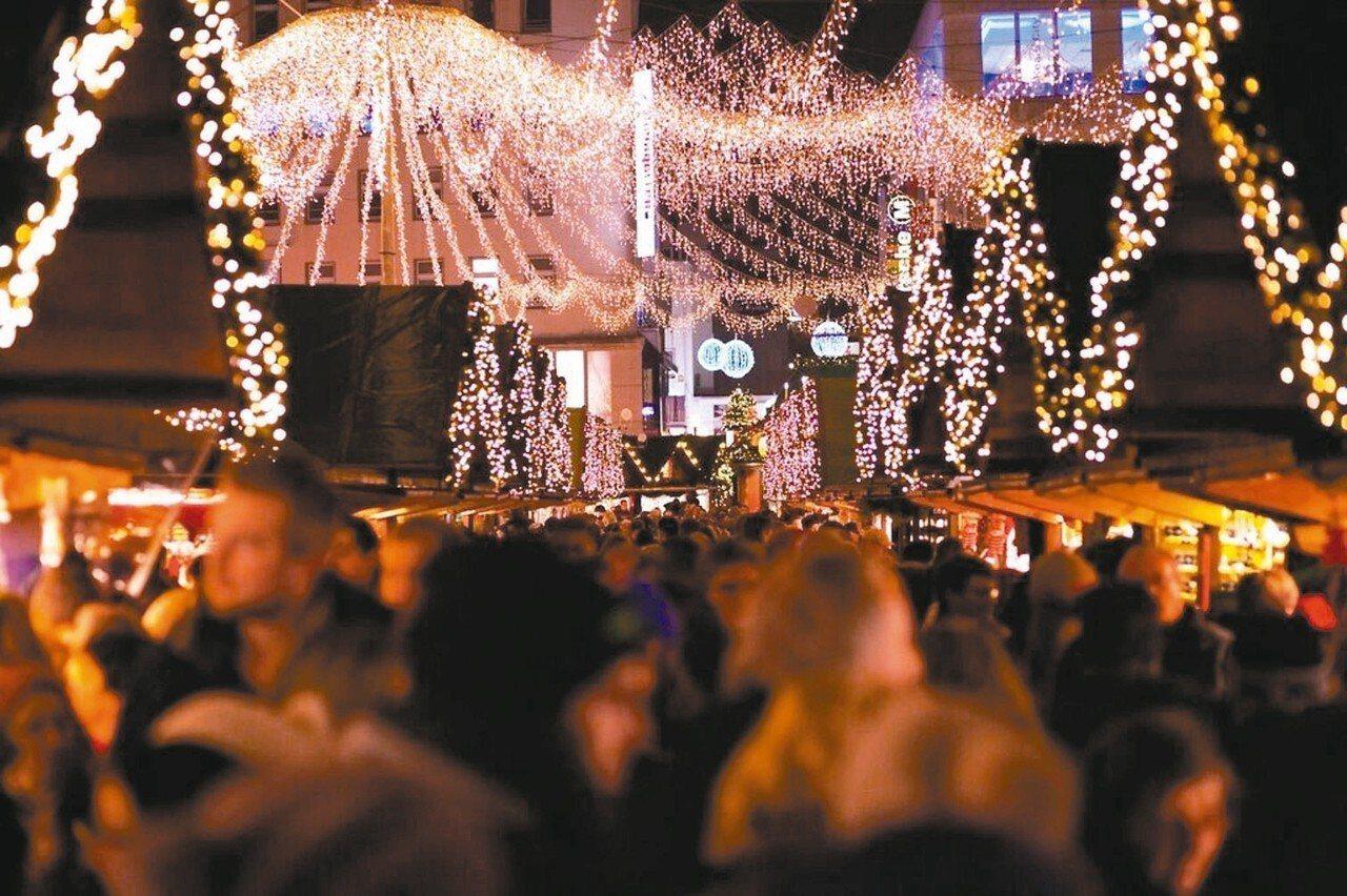 德國埃森的耶誕市集聚集250個攤位,還有燈海閃爍,熱鬧非凡。 Booking.c...