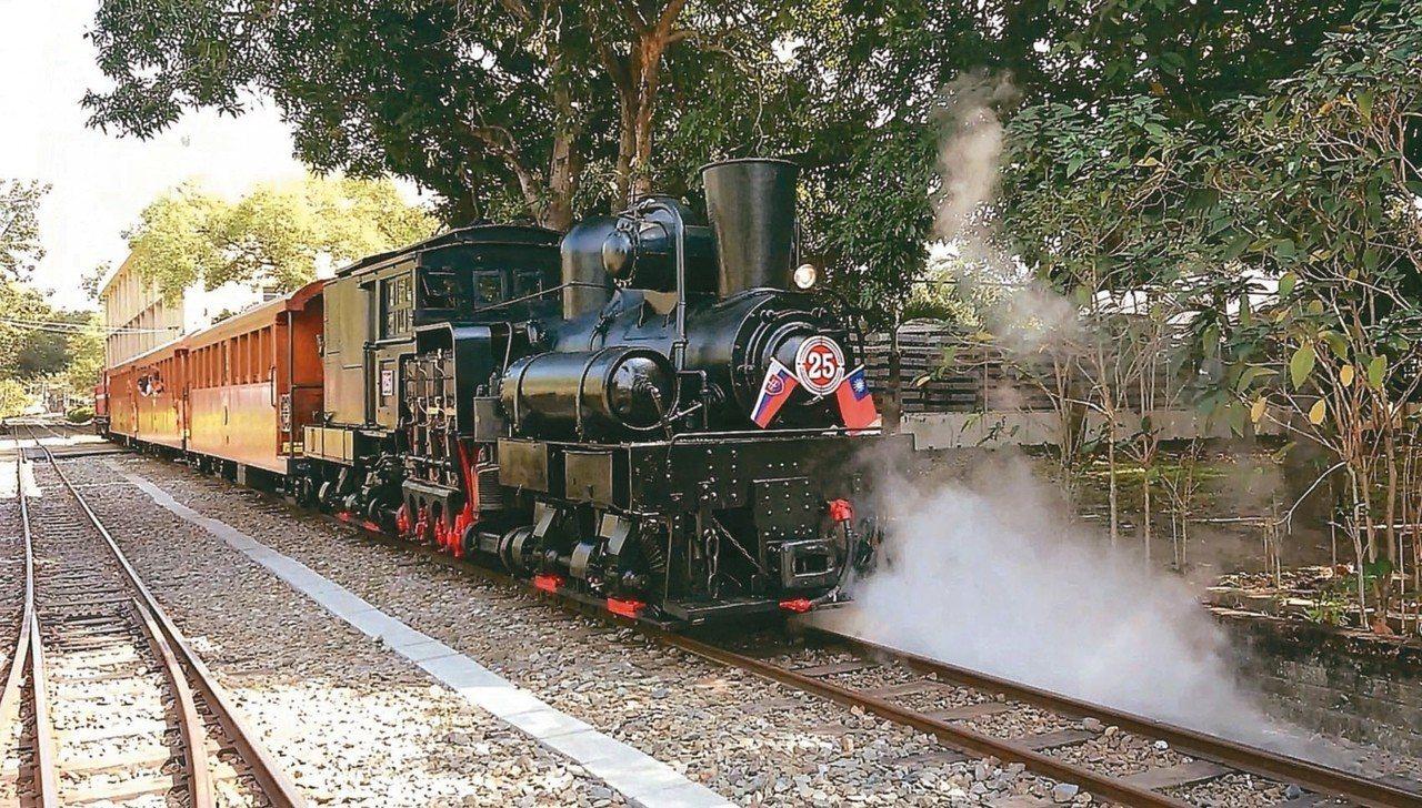 阿里山林鐵明年元月起,將以蒸汽火車配合檜木造車廂,每2周行駛1天、5班次。 記者...