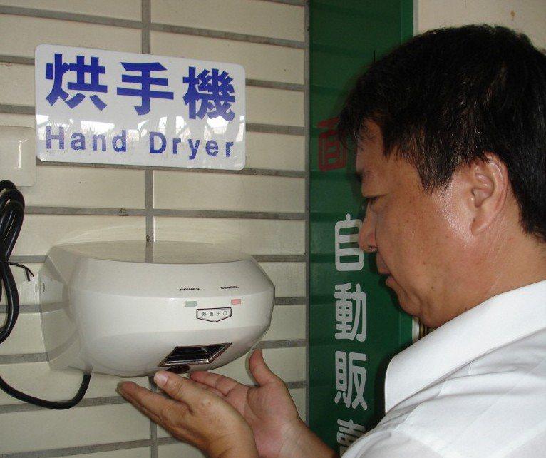 台南火車站的公廁一度將烘手機英文譯成烘「手機」,雖標示早已更正,但網路仍當笑話流...