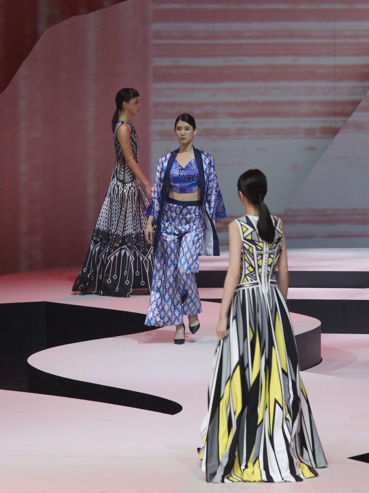 2018台北時裝週SS19開幕秀6日晚間在台灣戲曲中心舉行,模特兒們穿上台灣設計...