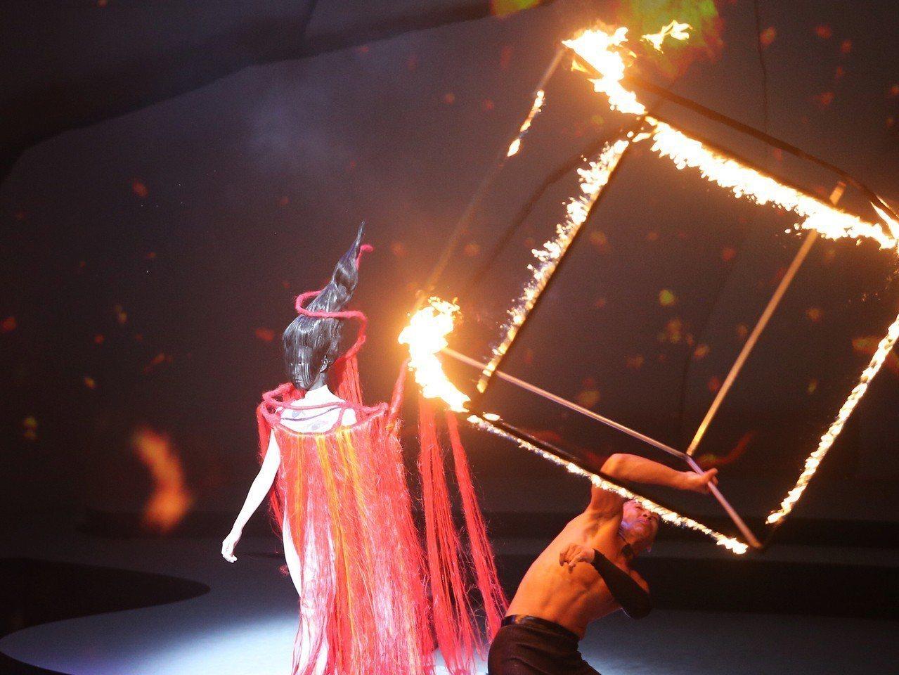 文化部主辦「2018台北時裝週SS19」,6日晚間在台灣戲曲中心舉行精彩開幕秀,...
