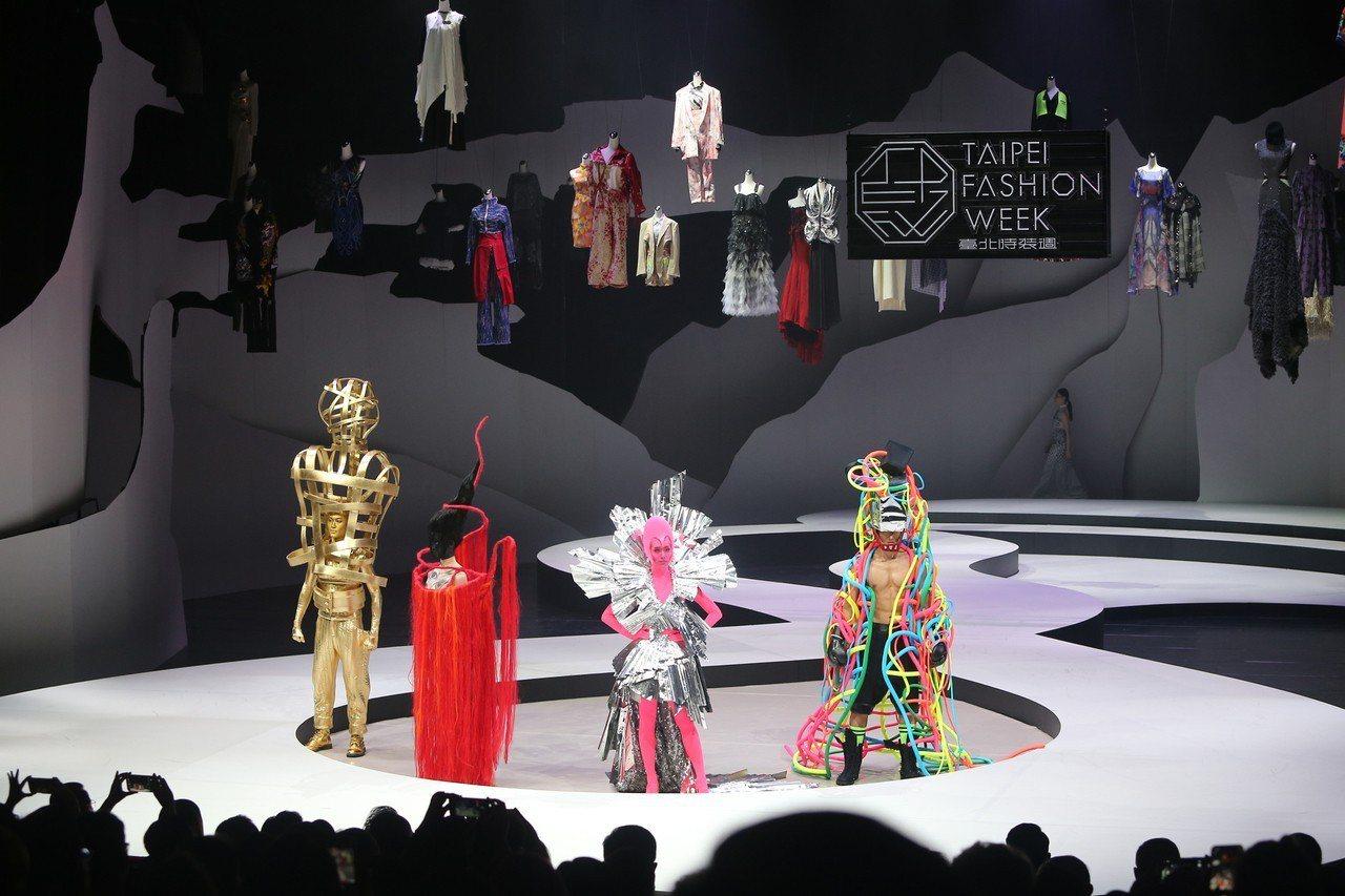 2018台北時裝週SS19開幕秀6日晚間在台灣戲曲中心登場,邀請男女模特兒們穿上...