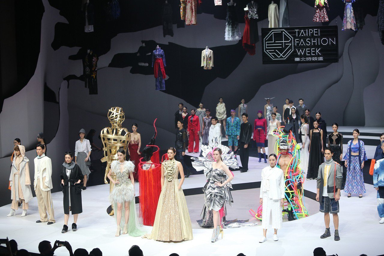 由文化部主辦的「2018台北時裝週SS19」,6日晚間在台灣戲曲中心舉行開幕秀,...