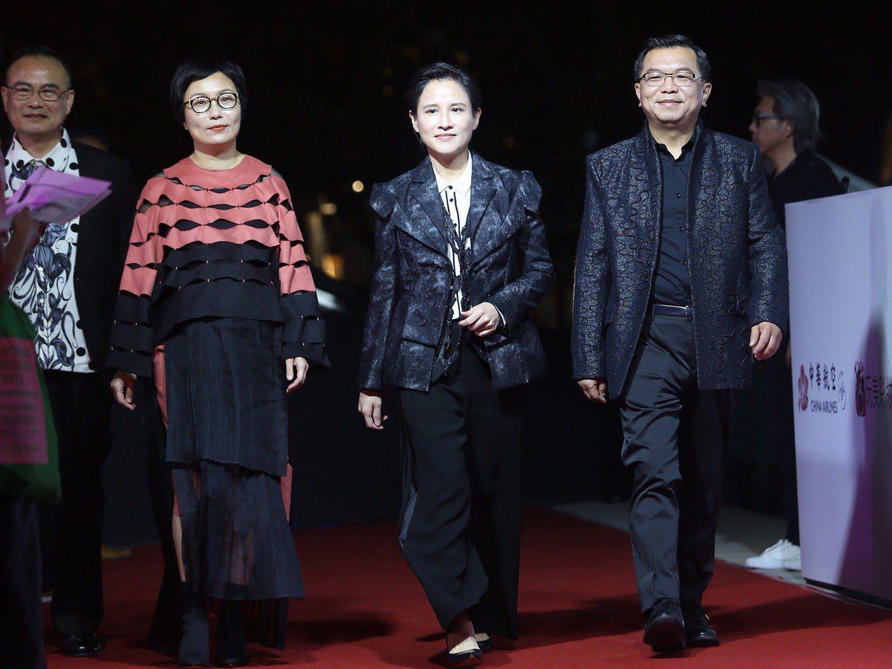 「2018台北時裝週SS19」6日在台灣戲曲中心舉行,文化部長鄭麗君(右2)與次...