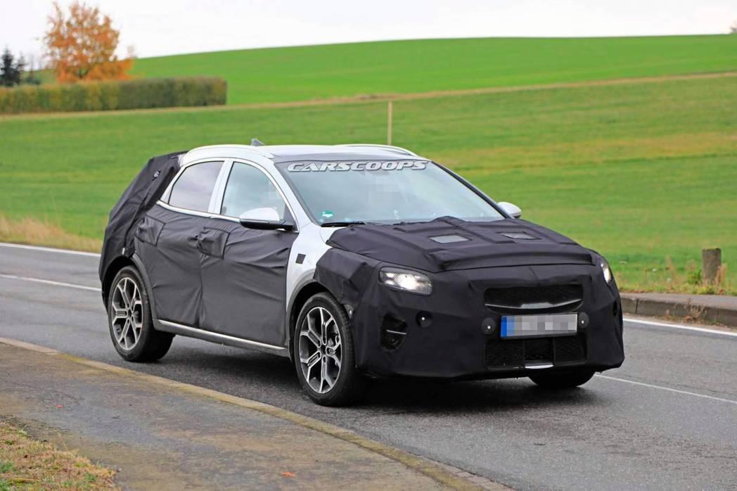 移似是以Kia Ceed為建構基礎所打造的全新跨界休旅偽裝測試車。 摘自Cars...