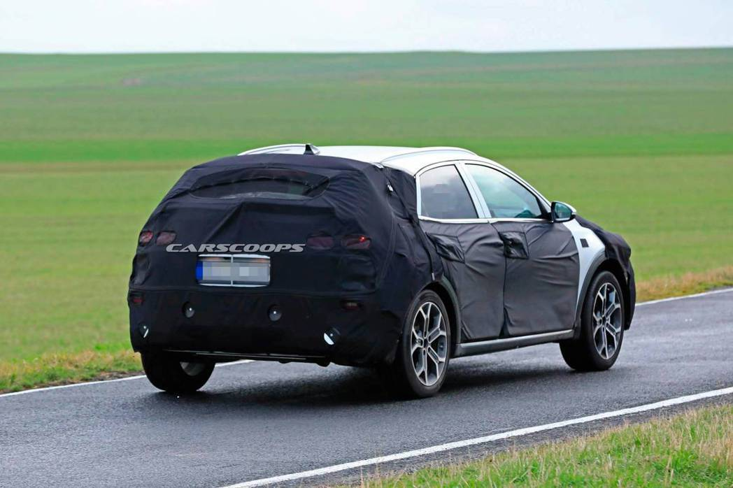Kia全新跨界休旅偽裝測試車。 摘自Carscoops