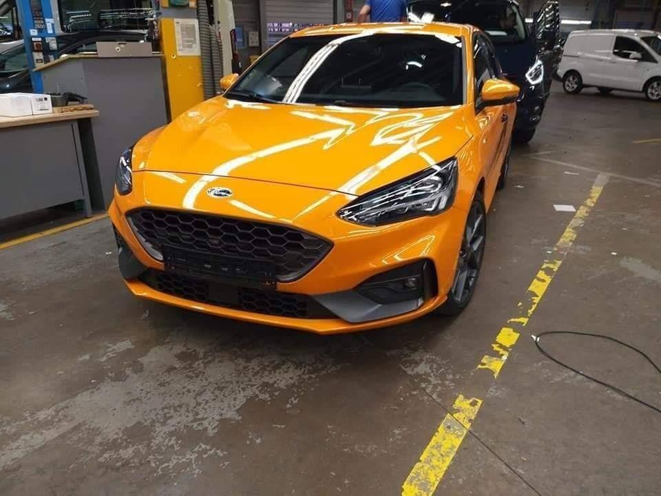 橘黃色的車體搭配鮮紅的ST銘牌,才是正宗Focus ST。 摘自carscoops