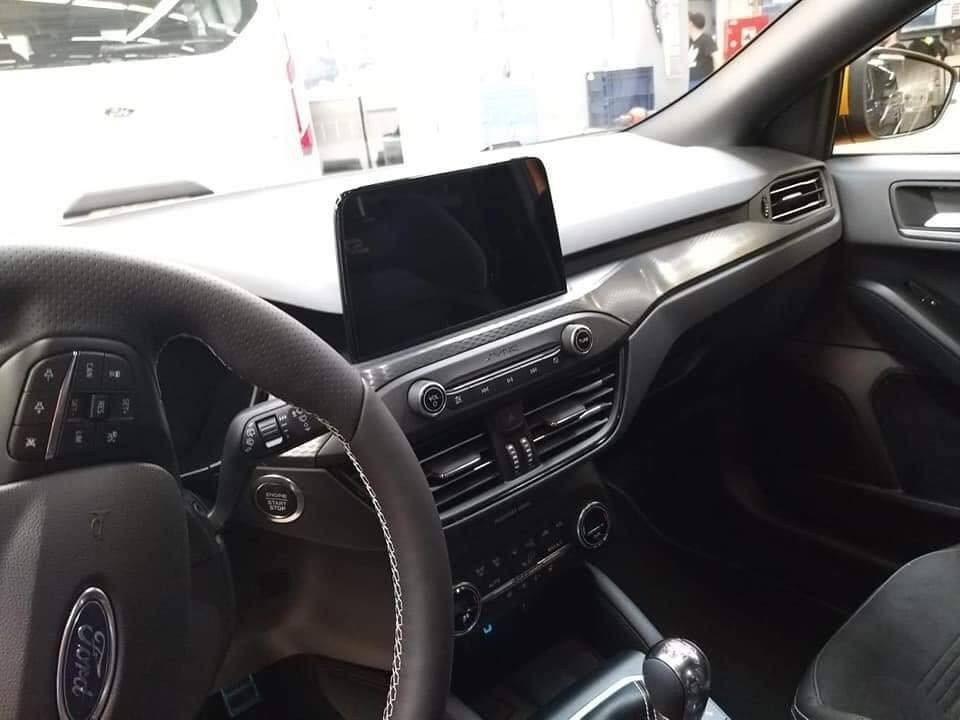 方向盤上有白色縫線,內裝佈局基本與一般版Focus無異。 摘自carscoops