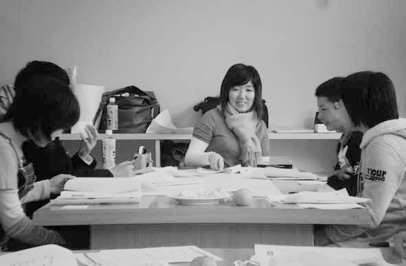 我們決定與孩子們一起研擬計畫。圖為西上小姐與孩子們在研討會中的情景。圖/臉譜出版...