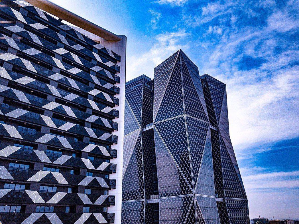 「欣灣時代」(圖左)有中鋼品牌,隔壁又是中鋼企業總部,兩棟建築物在亞洲新灣區相互...