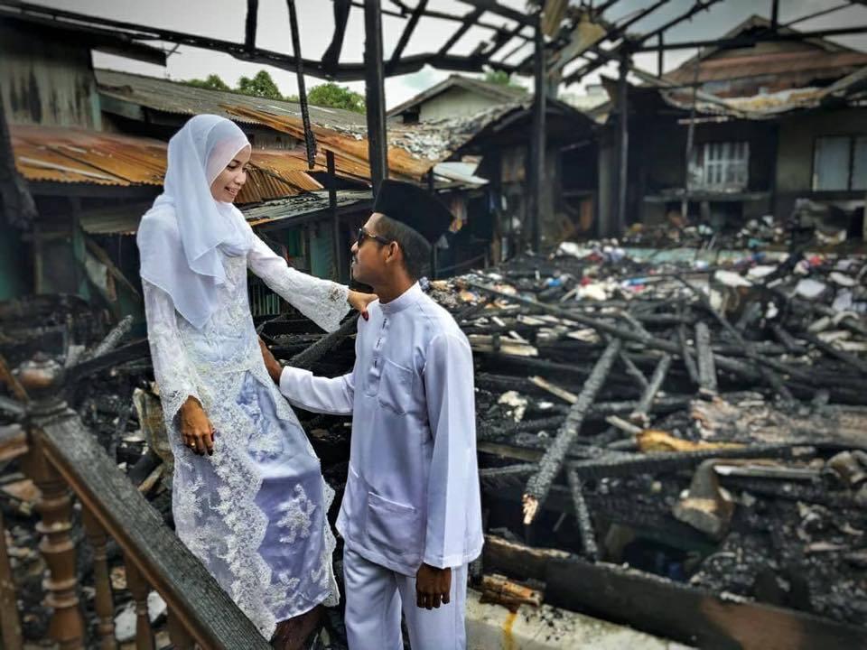 婚前家中不幸遇上火災,但新人卻決定在家門前拍攝婚紗。圖片來源/Siakap Ke...