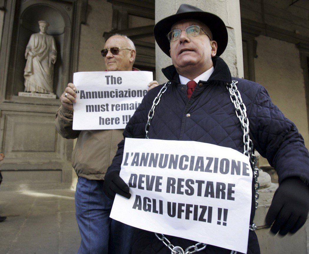 2007年抗議《天使報喜》外借給日本展覽,國會議員阿馬托在烏菲茲美術館前示威抗議...