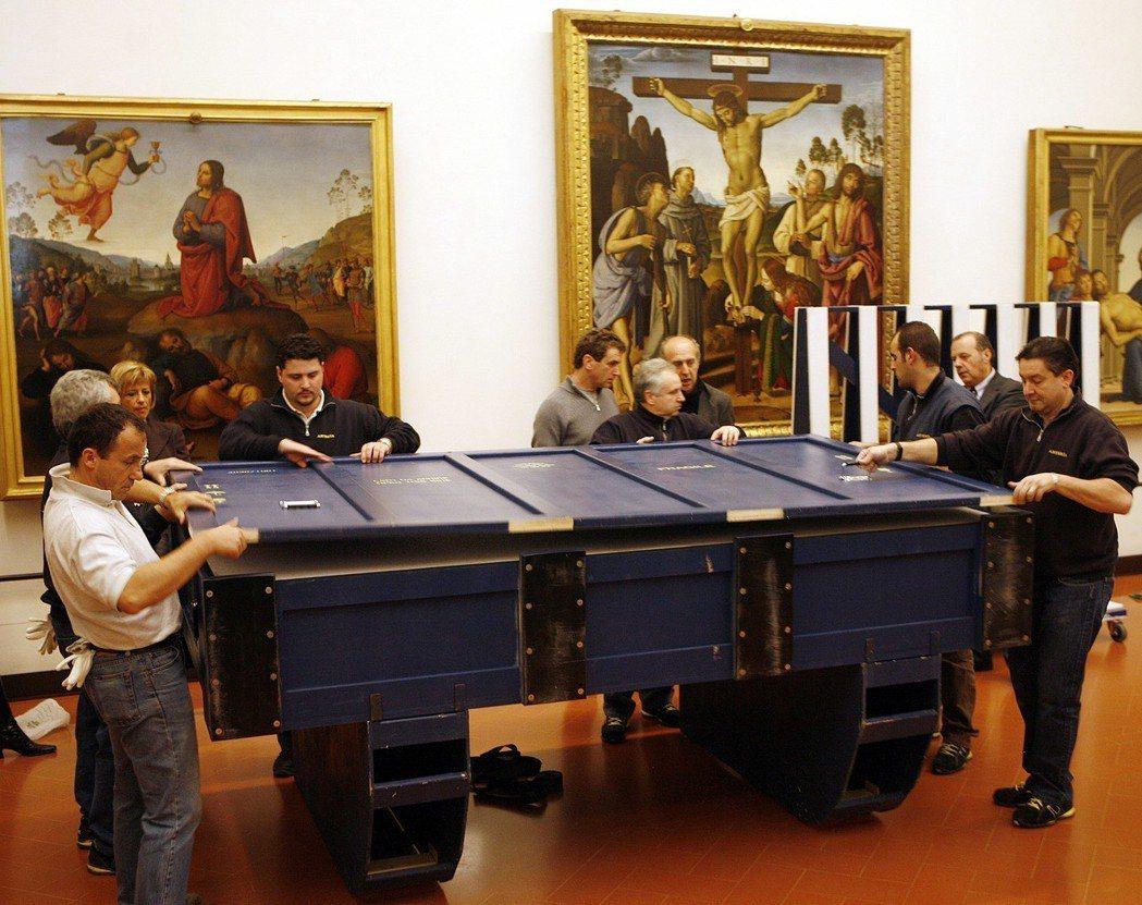 2007年,準備出國的《天使報喜》正在裝箱,畫作必須放在設置有防彈玻璃、空氣濕度...