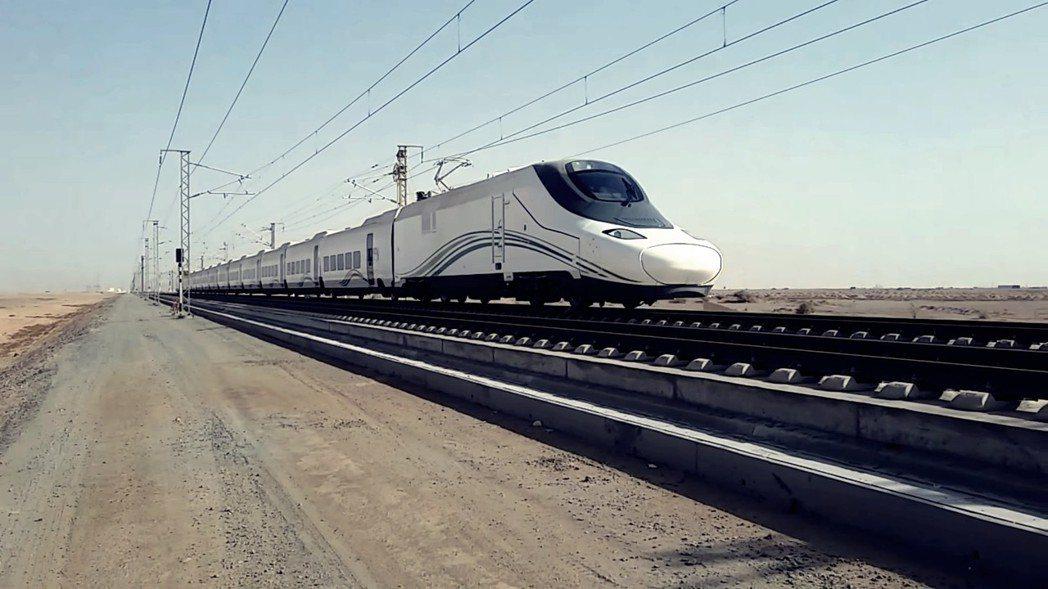 地極細的沙石不僅容易滲入鐵道系統,配上沙烏地無預警的沙漠風暴,時常一陣狂風鐵道即...