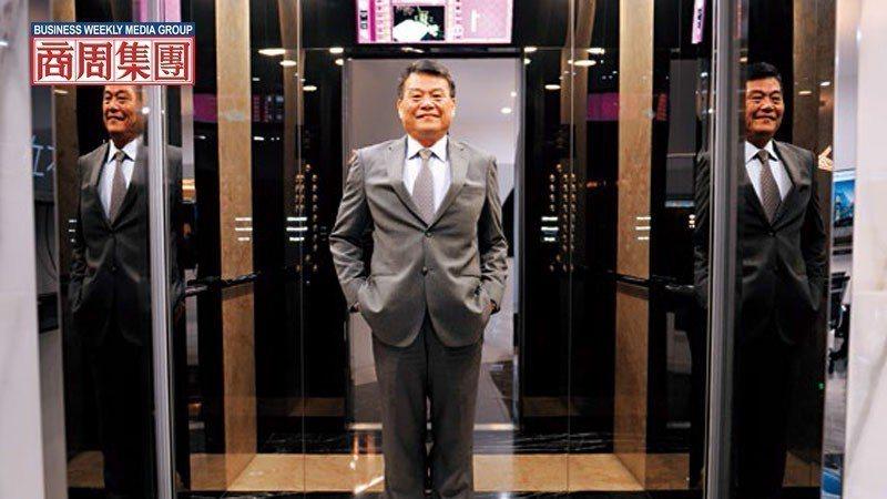崇友總座游本立站在自家電梯中指出,新年度將招募超過百位有證照的專業人才,擴編維修...