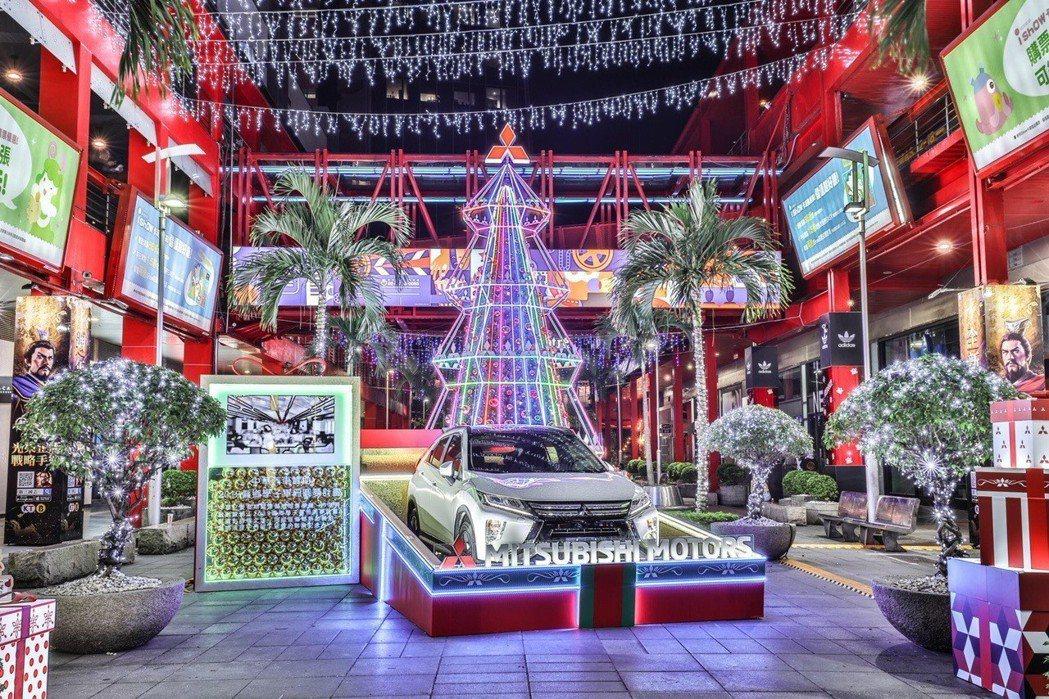 MITSUBISHI MOTORS巨型耶誕裝置於台北信義威秀廣場陪民眾迎新年。 圖/中華三菱提供