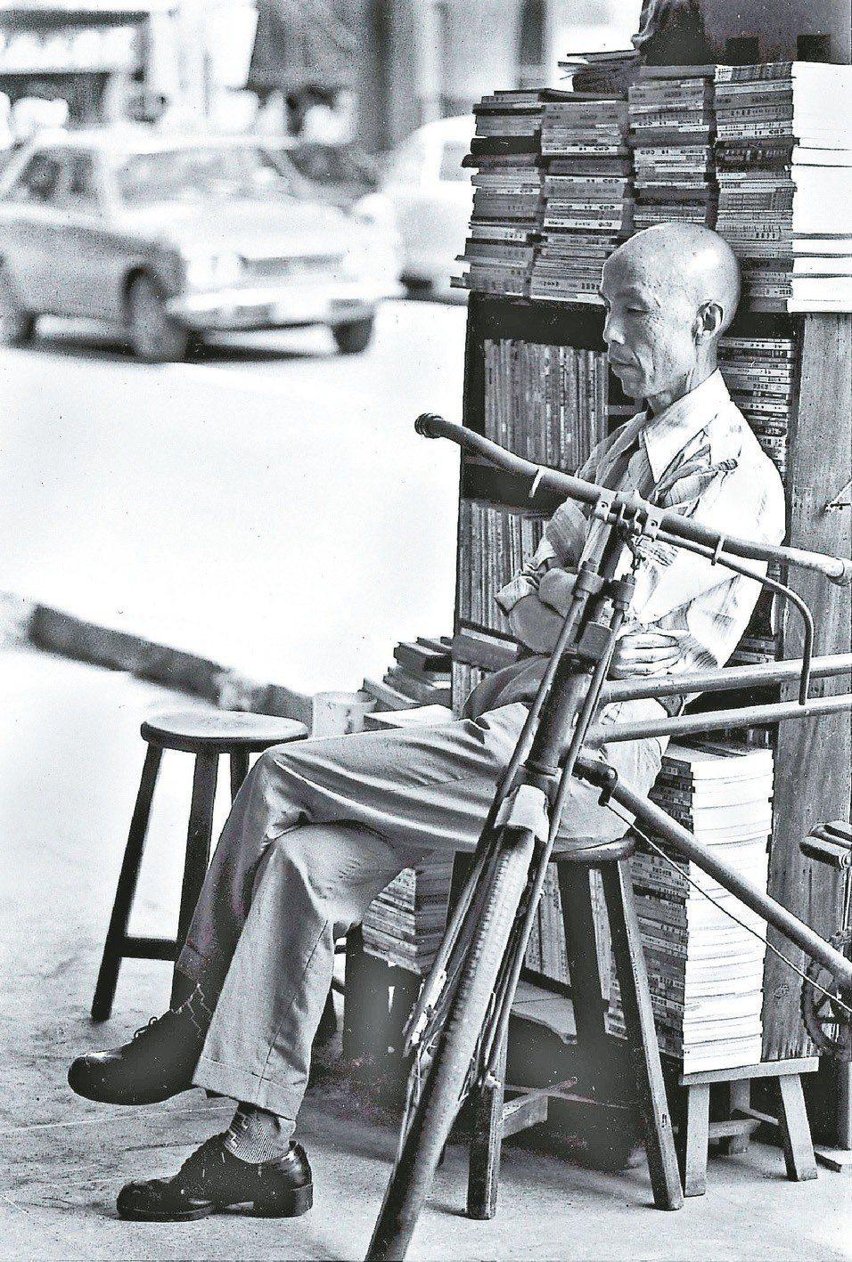 在明星咖啡屋騎樓擺書攤的周夢蝶,如老僧入定般成為六、七○年代台灣著名的人文風景。...