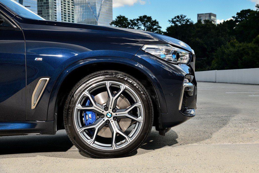 全新世代BMW X5 M50d標準配備21吋M款Y輻式輪圈與M款煞車套件。 圖/汎德提供
