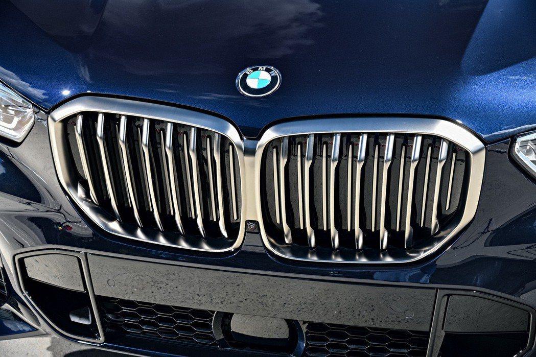 全新世代BMW X5 M50d雙腎型水箱護罩外框採用M Performance專屬鈰灰(Cerium Grey)塗裝,強調富侵略性的終極運動性能。 圖/汎德提供
