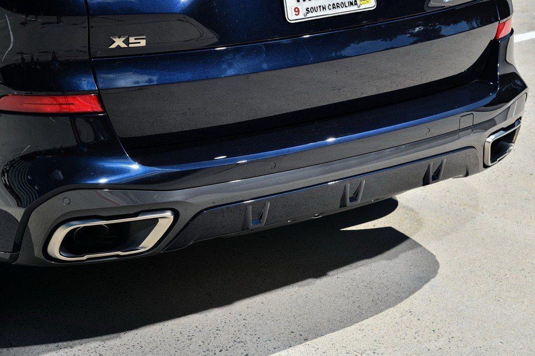 全新世代BMW X5 M50d矩形排氣尾飾管採用M Performance專屬鈰灰(Cerium Grey)塗裝彰顯無與倫比的剽悍性能。 圖/汎德提供