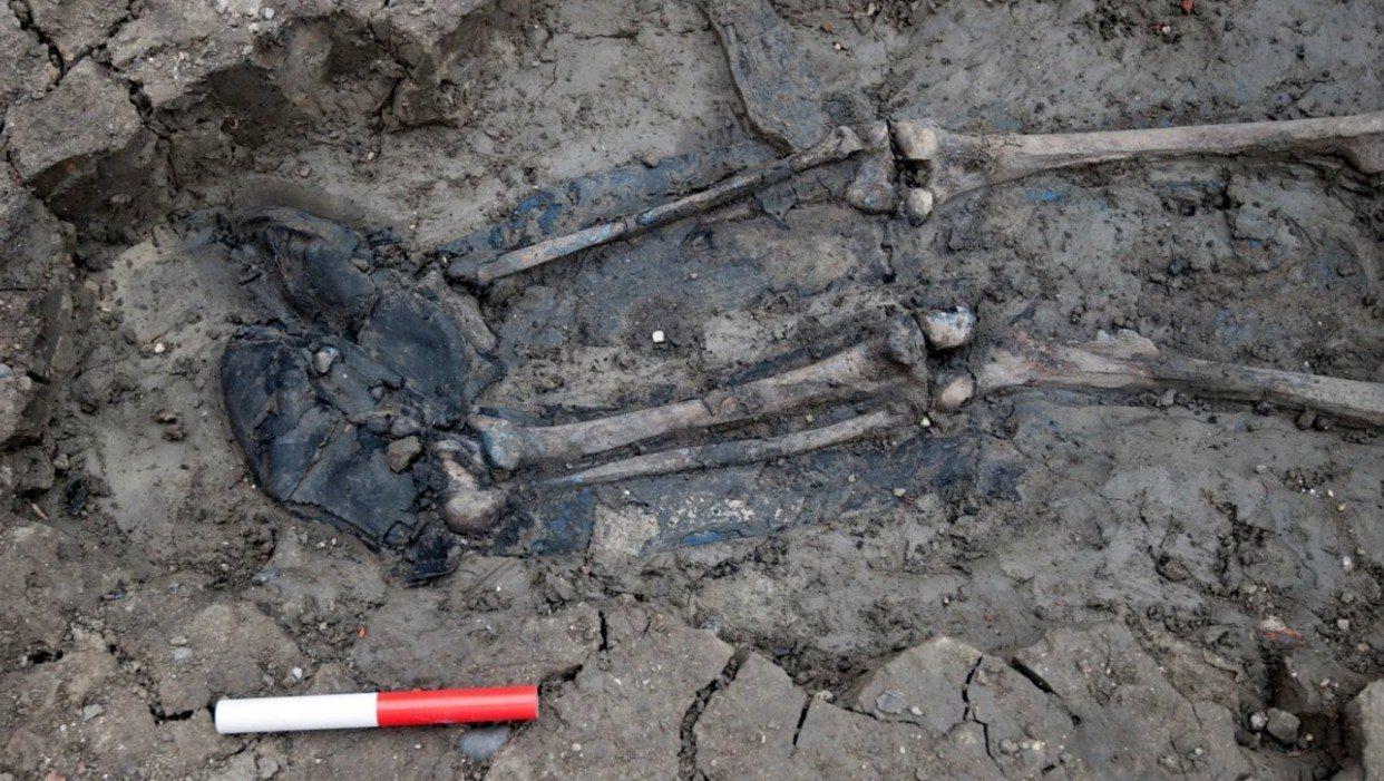 考古學家在英國泰晤士河畔的一處泥濘中挖到一具白骨。 圖擷自MOLA twitte...