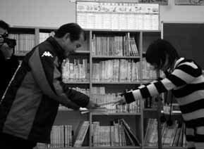 孩子們以舞台劇形式發表「讓笠岡群島變好玩的六個構想」,並將計畫書交給大人們。圖/...