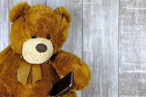 當使用電子玩具時,兒童與成人關係較弱,兒科醫師補充,這導致兒童認知、語言等運動減...
