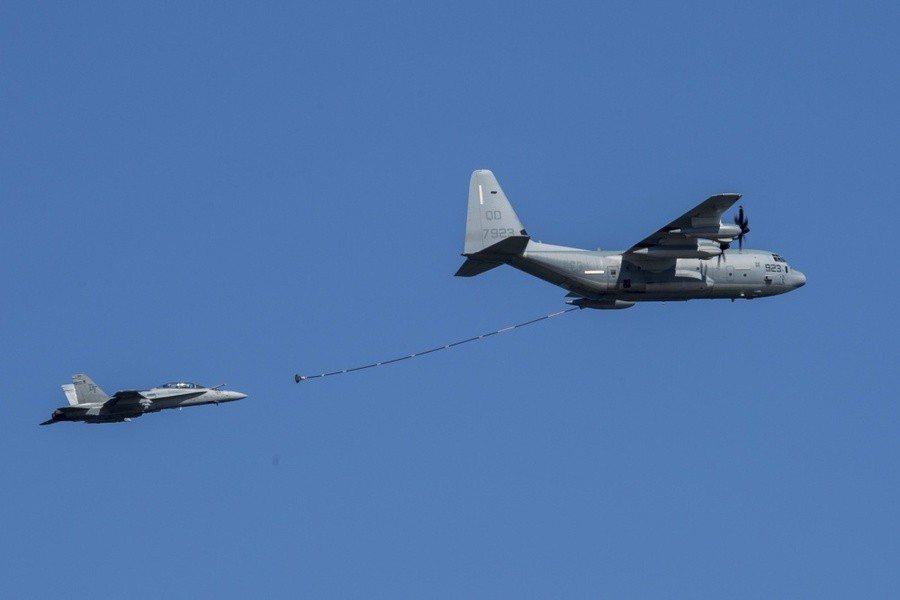 圖說:美國一架F-18在日本外海進行加油任務時與為其加油的KC-130空中加油機...