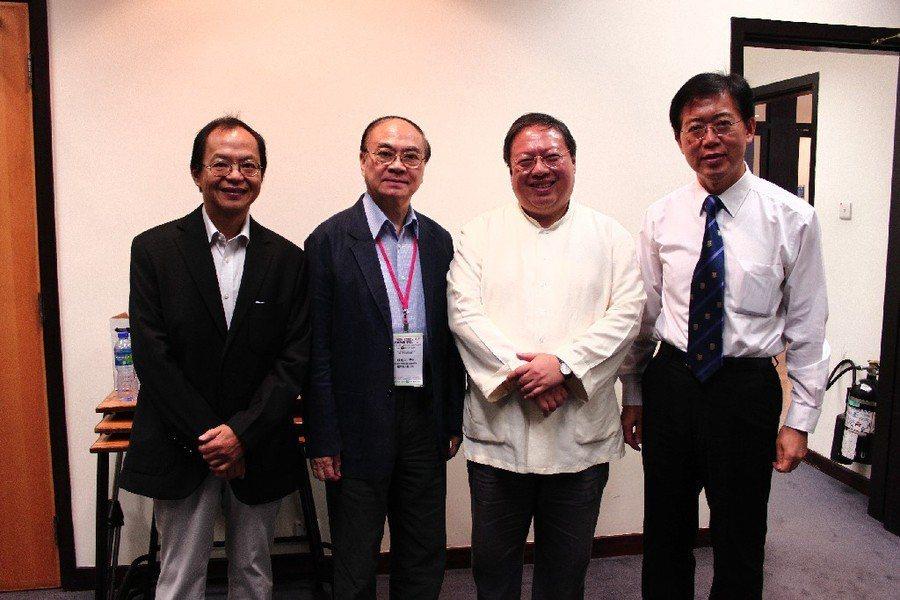 前特首董建華的高級助理路祥安(左一),曾與何志平(左三) 一同代表香港中華能源基...