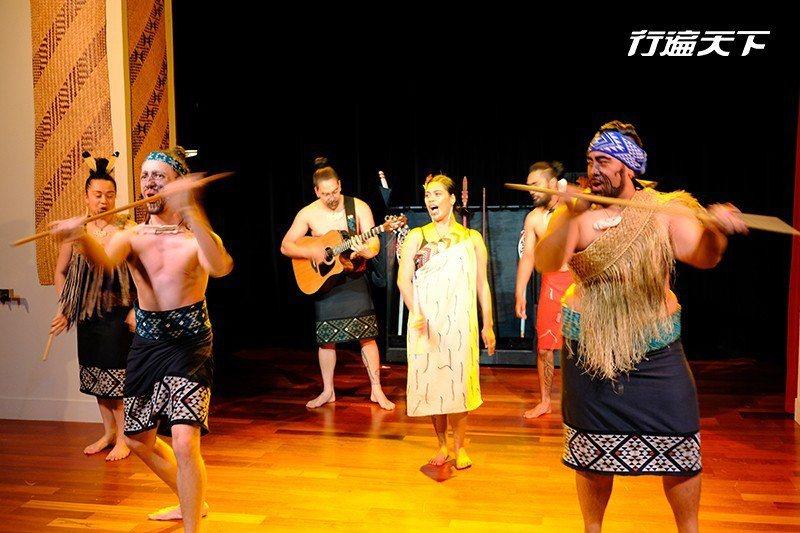 博物館內每日上演的毛利舞蹈秀,是最能親近毛利文化的開始  攝影 行遍天下