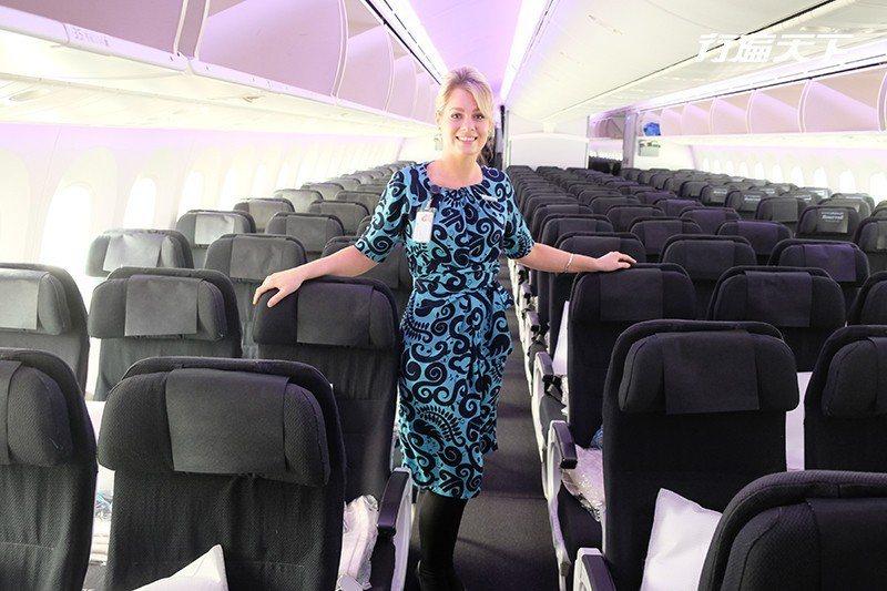 漾著真誠微笑的空姐,穿著充滿紐西蘭圖樣制服,一上機就立刻展開KIWI旅程。  攝...