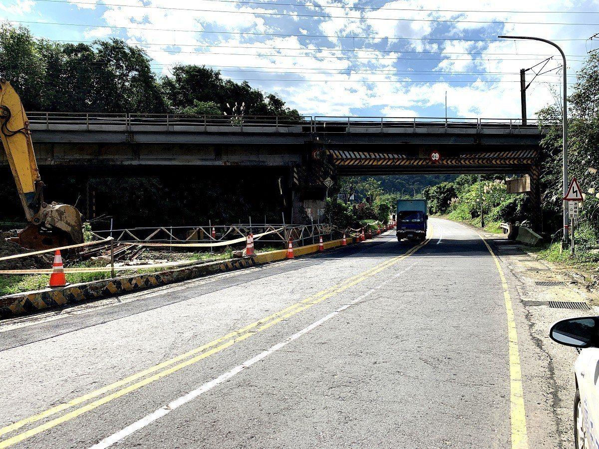 瑞芳區台二丁線瑞八公路慶安橋路燈不亮,地方擔心晚間容易造成意外。 圖/觀天下有線...