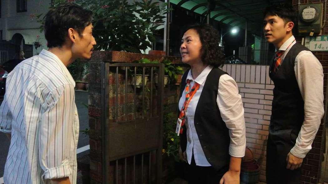 陳竹昇(左)客串演出拋家棄子的負心漢。圖/公視提供