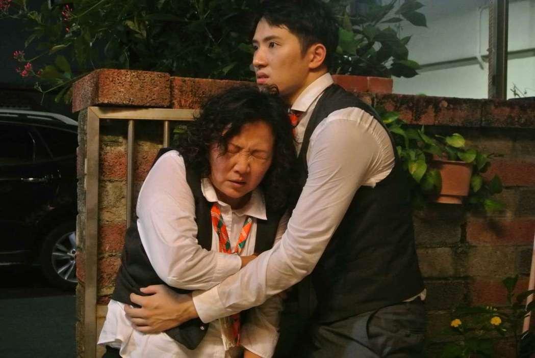 王琄(左)在勸架戲碼不慎受傷。圖/公視提供