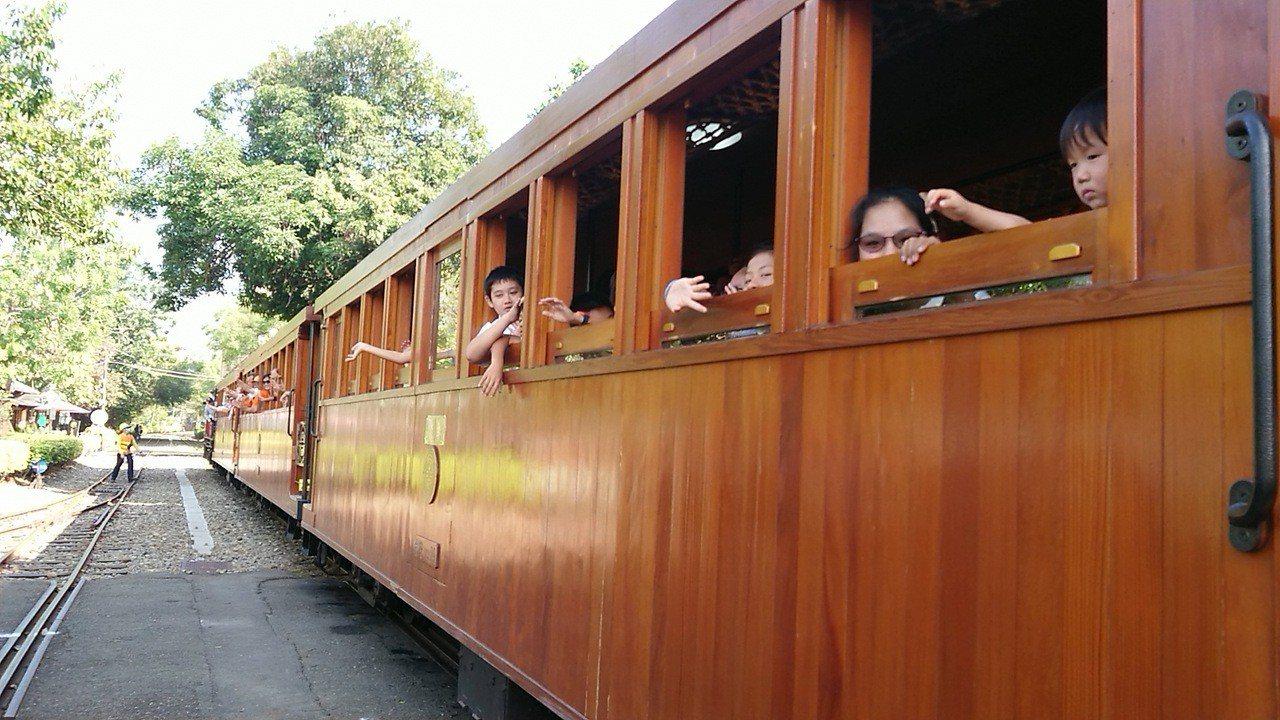阿里山林鐵處規劃,明年元月起,將以蒸汽火車配合檜木造車廂主題列車,每2周行駛1天...