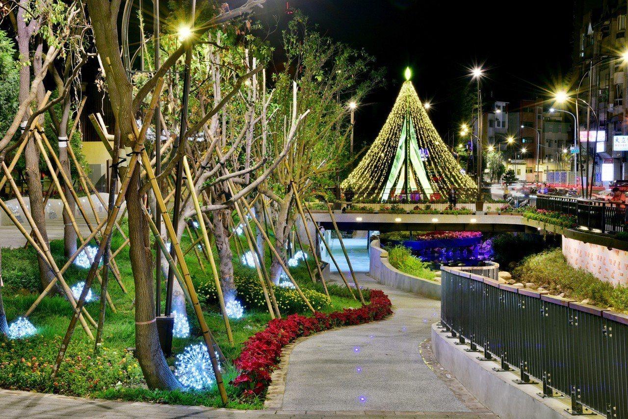 台中豐原葫蘆墩圳首度設置水上耶誕樹。圖/台中市政府提供